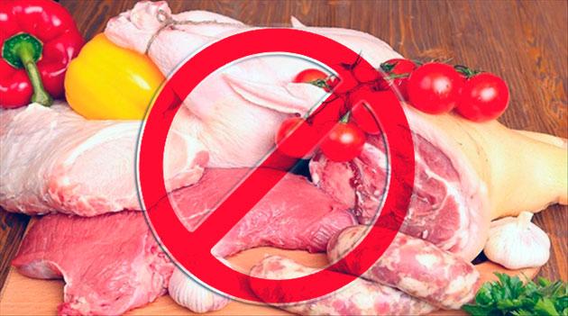 Котятам русской голубой кошки запрещено давать сырое мясо и рыбу, специи, соленные продукты и кости
